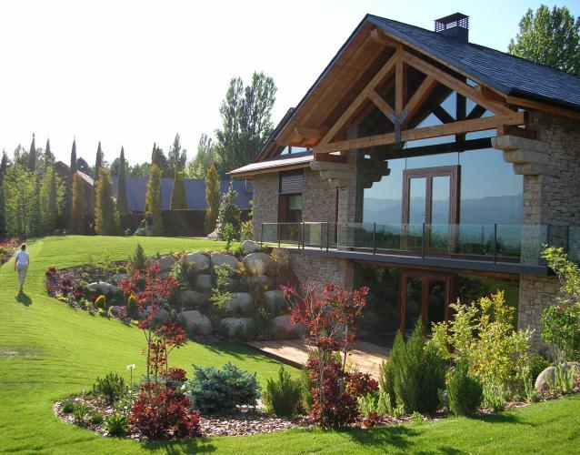 jardin continental nordico cesped coniferas piedras
