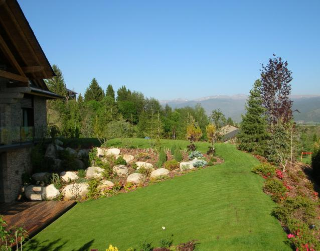 jardin continental nordico cesped coniferas piedras alta montaña