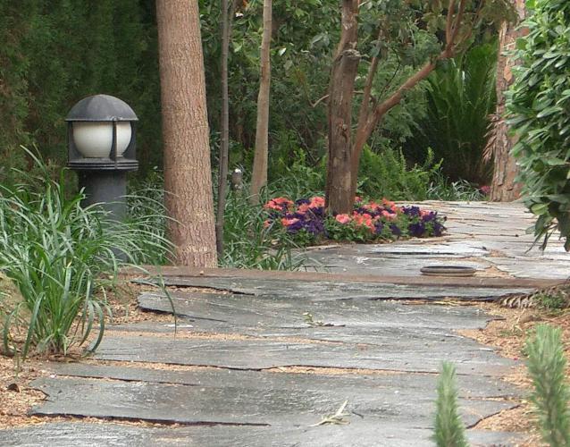 pavimento de losas de pizarra parterres flores