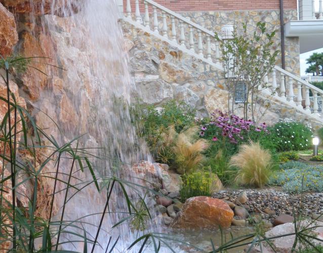 cascada en jardín salto de agua
