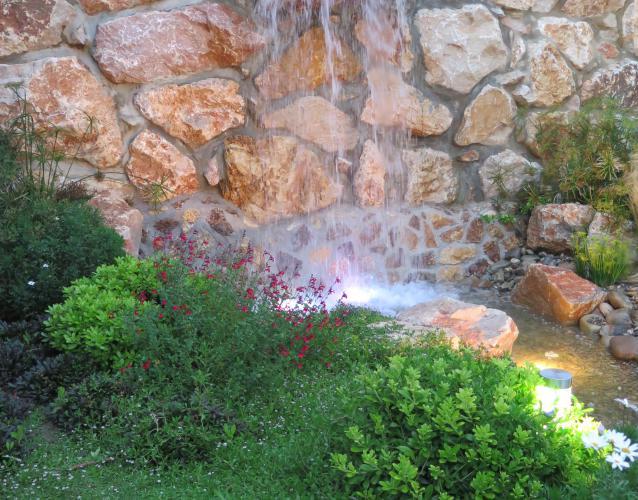 cascada grande en jardín