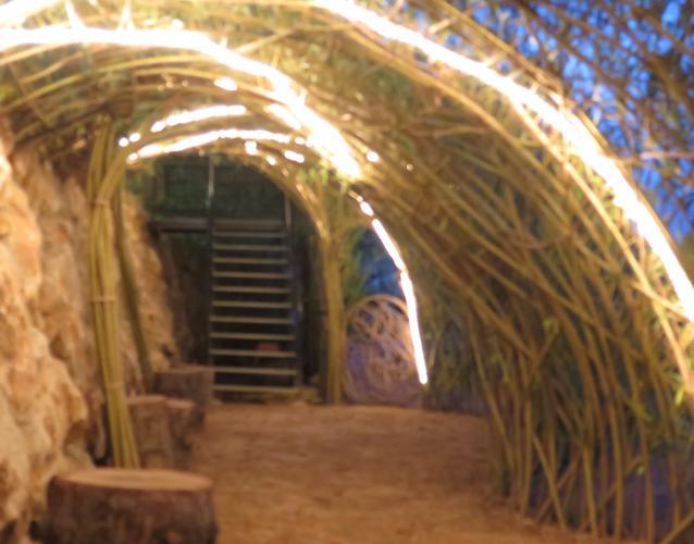 iluminacio caseta sauce en jardin tubo luminoso