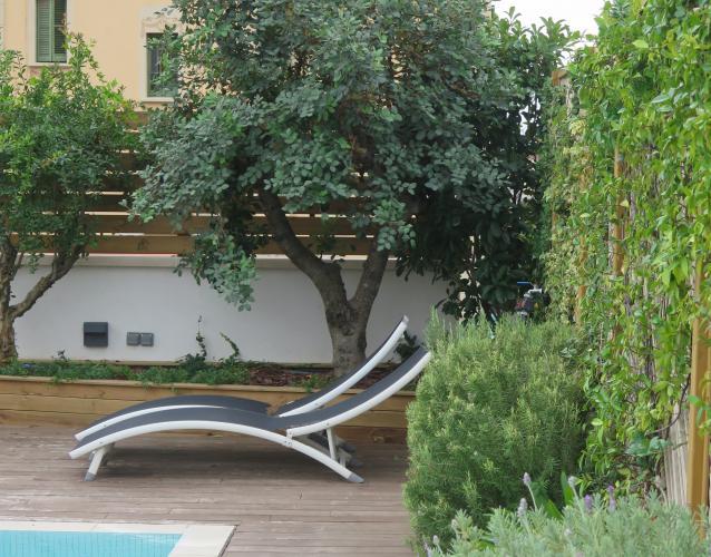 jardin mediterraneo en la terraza piscina algarrobo